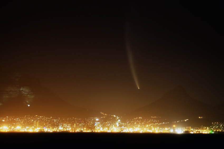 Comet McNaught over Cape Town. © RapidEye/iStock