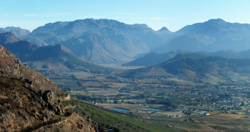 The beautiful Franschhoek Valley in the Cape Winelands. Photograph Andres de Wet / Wiki Commons.